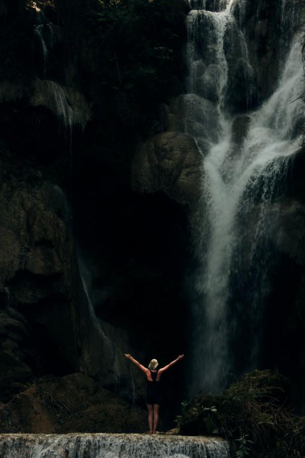 Laura onder waterval