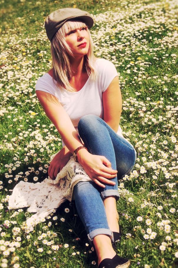 Laura in de bloemen